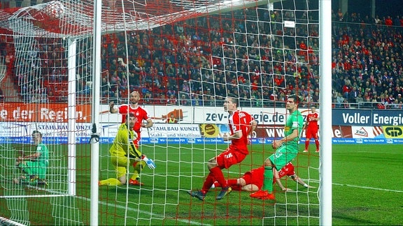 Patrick Herrmann (Mgladbach , links) überwindet Torhüter Johannes Brinkies (Zwickau) zum 0:1. Benefizspiel FSV Zwickau - Borussia Mönchengladbach am 21.3.2019