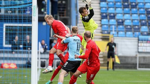 Alfio Marino Matti Kamenz FSV Zwickau, Nr 29 springt am höchsten und kann den Ball fangen