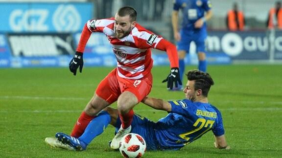 Zweikampf zwischen Niko Kijewski (Eintracht Braunschweig) re. und Morris Schroeter (FSV Zwickau) li.