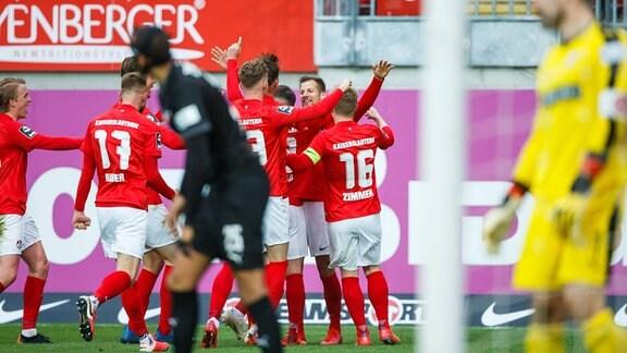 Hendrik Zuck (1.FC Kaiserslautern) bejubelt den Treffer zum 2:1 mit Jean Zimmer (1.FC Kaiserslautern), Philipp Hercher (1.FC Kaiserslautern), Tim Rieder (1.FC Kaiserslautern), Nicolas Sessa (1.FC Kaiserslautern).