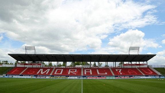 FSV Zwickau vs FC Hansa Rostock Stadionübersicht, das Spiel findet aufgrund der Corona-Krise unter Ausschluss der Öffentlichkeit statt, auf der Tribüne steht das Wort Moral