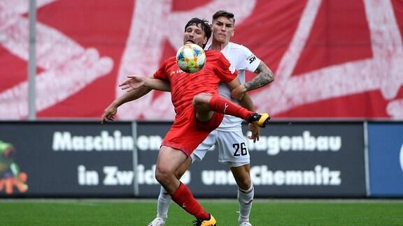 Ronny König Koenig, Zwickau, und Niclas Stierlin Unterhaching, im Zweikampf, Duell