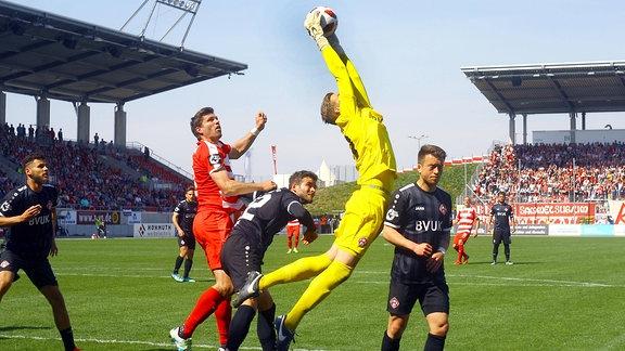 Torhüter Eric Verstappen (Würzburg) holt sich den Ball vor Ronny König (Zwickau) aus der Luft