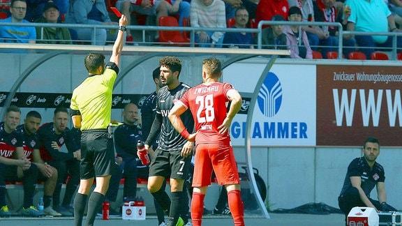 Schiedsrichter Asmir Osmanagic (Stuttgart) zeigt Fabio Kaufmann (Würzburg) die gelb-rote Karte