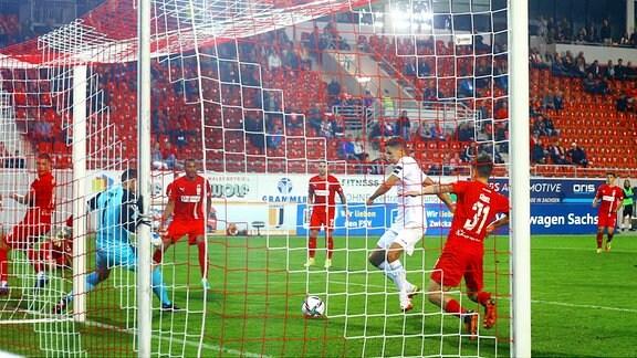 Soufian Benyamina (Berlin) überwindet kurz vor Spielschluss Torhüter Johannes Brinkies zum 1:1.