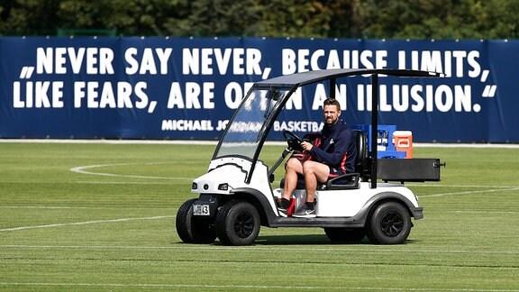 Physiotherapeut Alexander Sekora in einem Golfcart
