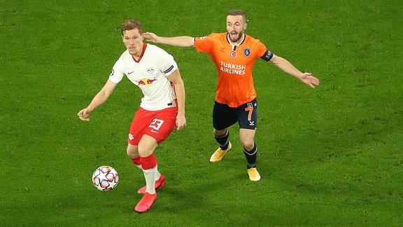 RB Leipzig - Istanbul Basaksehir - Marcel Halstenberg (23, RB Leipzig) und Edin Visca (7, Basaksehir)