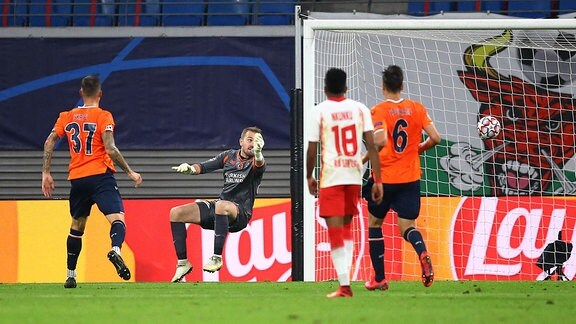 RB Leipzig - Istanbul Basaksehir -  Angeliño / Angelino (nicht im Bild, RB Leipzig) hat gegen Torwart Volkan Babacan (1, Basaksehir) getroffen
