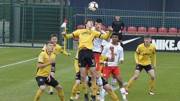 Kopfballduell Christopher Gebhardt (Rechtsaussen Dynamo Dresden U19) (vorn) und Tom Krauss (Defensives Mittelfeld RBL U19) (hinten)