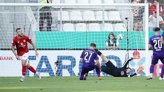 Alexandru Maxim (l., 10, Mainz) erzielt den Treffer zum 0:1.