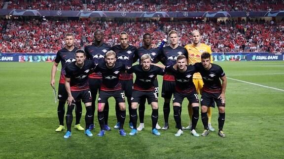 Teamfoto von RB Leipzig im Stadion.