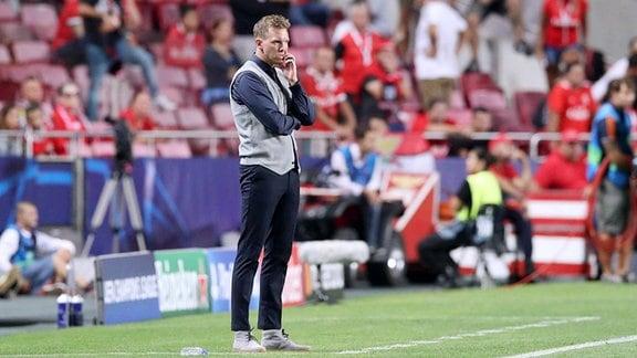 Trainer Julian Nagelsmann, RB Leipzig steht am Spielfeldrand.