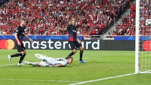 Im Bild;  Tor fŸr RB Leipzig.  Timo Werner (l., 11, RB Leipzig) trifft zum 0:2. v.l.: Timo Werner (11, RB Leipzig), Torwart Odysseas Vlachodimos (99, Benfica) und Yussuf Poulsen (9, RB Leipzig).