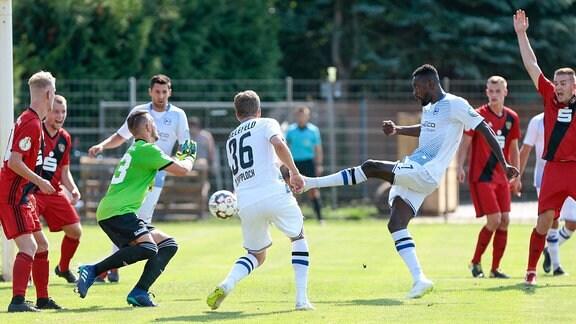 Stendal - Arminia Bielefeld emspor, v.l. Prince Osei Owusu (Bielefeld) schießt ein Tor.