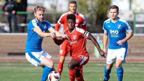 Zweikampf zwischen Christoph Schulz (VfB IMO Merseburg) und Braydon Marvin Manu (Hallescher FC)