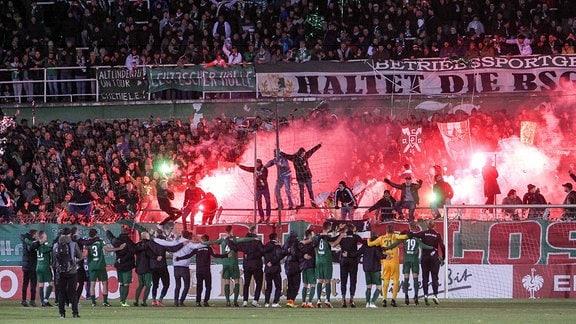 Leipziger Spieler lassen sich von den Fans feiern