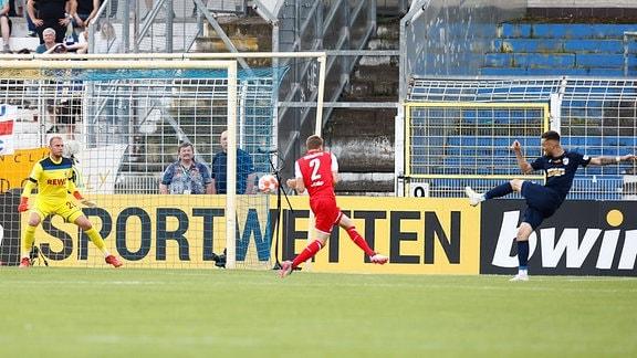 Maximilian Wolfram schießt das Tor zum 1:0
