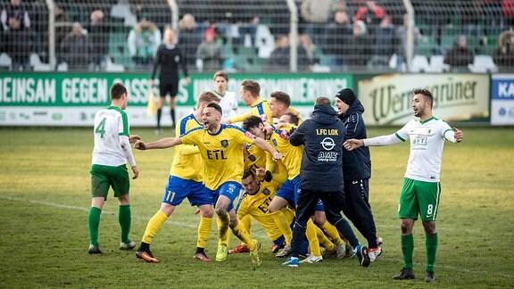 Loks Spieler jubeln nach dem Treffer zum 1:0