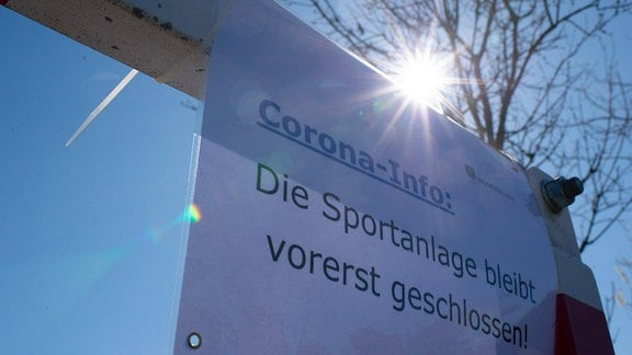 Ein Corona- Informationszettel für eine gesperrte Sportanlage