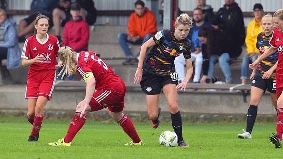 v.li.: Ylenia Sachau ATS Buntentor, 5 und Maria Cristina Lange RB Leipzig, 10 im Zweikampf.