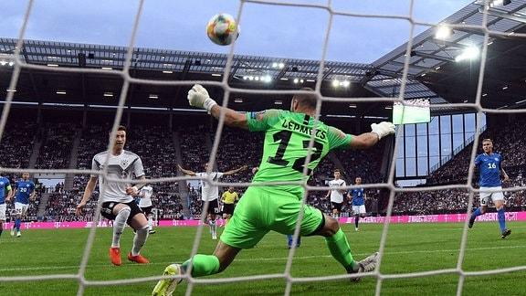 v.l. Marco Reus (Deutsche Fussball Nationalmannschaft DFB), Sergei Lepmets (Estland)
