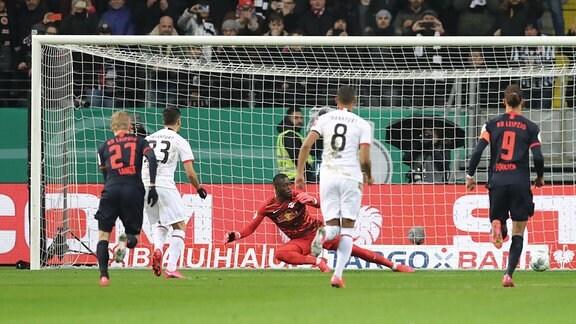 Im Bild: Tor für Frankfurt. Andre Silva (33, Frankfurt)  verwandelt einen Elfmeter gegen Torwart Yvon Mvogo (28, RB Leipzig).