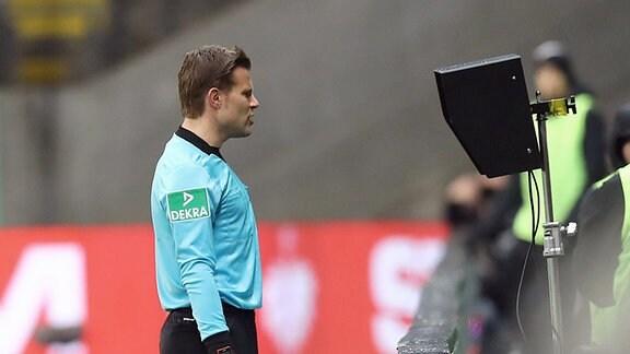 Im Bild: Schiedsrichter Dr. Felix Brych vergewissert sich am Monitor.