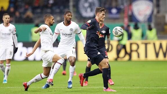 Im Bild v.l.: Djibril Sow (8, Frankfurt), Almamy Toure (18, Frankfurt)  und Patrick Schick (21, RB Leipzig).