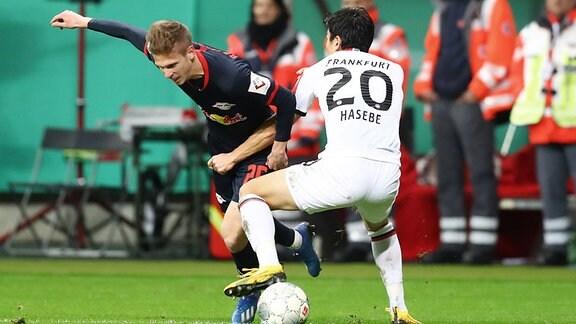 Im Bild v.l.: Dani Olmo (25, RB Leipzig) und Makoto Hasebe (20, Frankfurt).