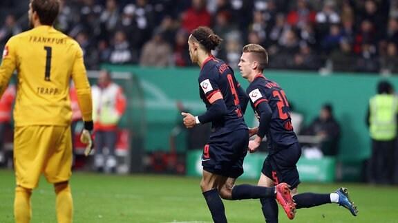 Tor. Leipzig hat zum 2:1 Anschluss getroffen. Im Bild v.l.: Torwart Kevin Trapp (1, Frankfurt), Yussuf Poulsen (9, RB Leipzig) und Torschütze Dani Olmo (25, RB Leipzig).