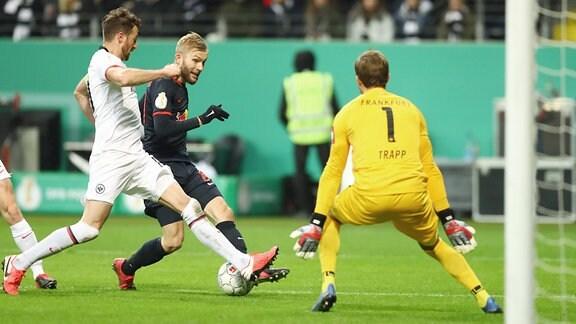 Im Bild v.l.: David Abraham (19, Frankfurt) , Konrad Laimer (27, RB Leipzig) und Torwart Kevin Trapp (1, Frankfurt).