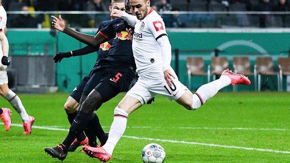 v.l. Tor zum 2:0 für Frankfurt. Dayot Upamecano (RB Leipzig) und Torschütze Filip Kostic (Eintracht Frankfurt).
