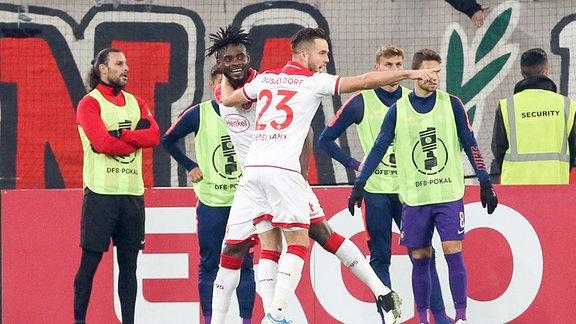 Tor für Düsseldorf. Niko Gießelmann (23, Fortuna) und Kasim Adams (4, Fortuna) jubeln nach dem Treffer zum 2:1.