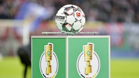 Spielball Derby Star auf einem Podest mit dem Logo des DFB-Pokal, 2018