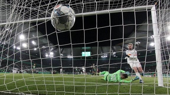 Tor für Leipzig zum 0:3. Emil Forsberg (10, RB Leipzig) trifft gegen Torhüter Pavao Pervan (12, Wolfsburg).