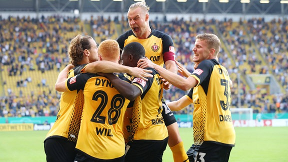 Torschütze Yannick Stark (li., 5, Dresden) jubelt mit seiner Mannschaft.
