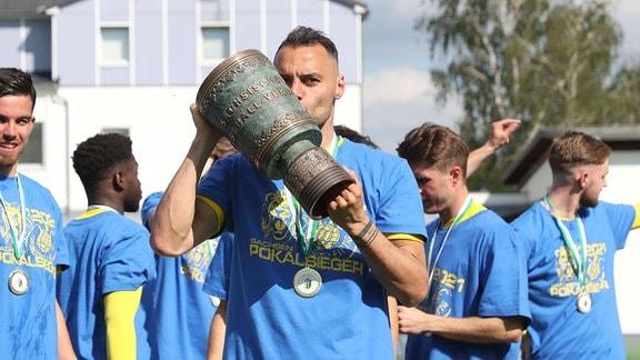 Djamal Ziane (13, Lok leipzig) küsst den Sachsenpokal