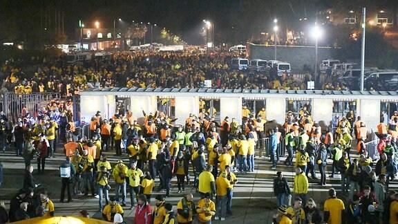 Fans von Dresden strömen ins Olympiastadion