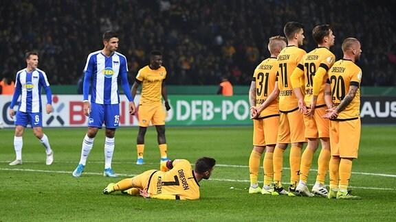 Niklas Kreuzer (Dynamo Dresden) legt sich bei einem Freistoß auf den Boden