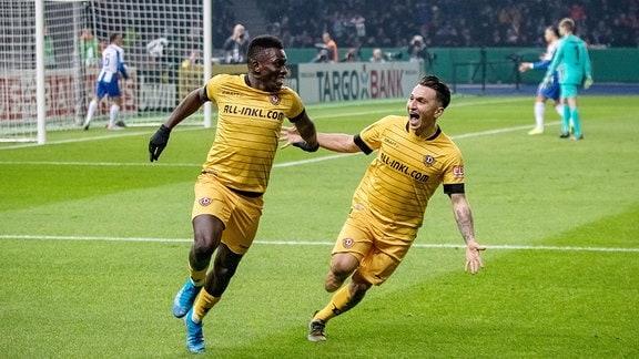 Moussa Kone (links) jubelt mit Baris Atik über sein Tor zum 0:1