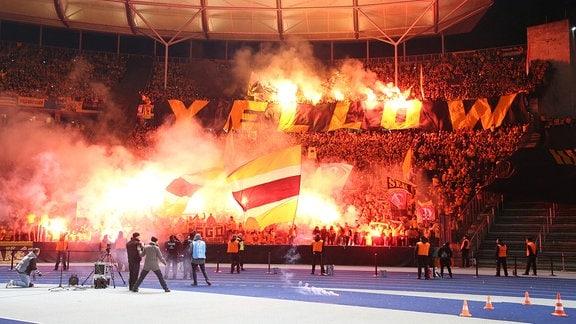 Dresdner Fans mit Pyros