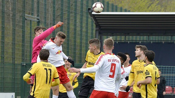 Stefan Kiefer (Torwart Dynamo Dresden U19) (li.) faustet den Ball nach einer Ecke weg.