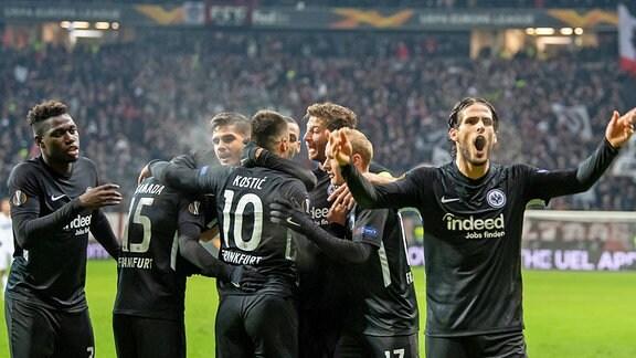 Spieler von Eintracht Frankfurt jubeln
