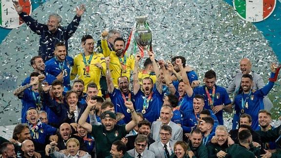 Italienische Spieler feiern für den Sieg bei der Europameisterschaft.