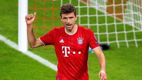 Thomas Müller auf dem Spielfeld gibt den Daumen hoch