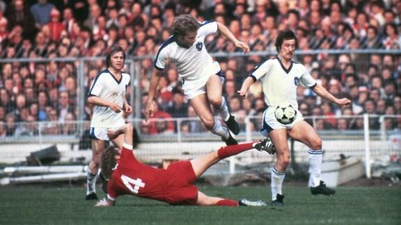 Jan Sorensen (Brügge) Phil Thompson (4) Liverpool gegen Brügge Europapokalfinale 1978 in Wembley.