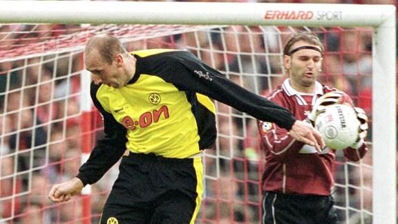 Jan Koller (BVB, li.) kommt zu spät, Torwart Tomislav Piplica sichert sich den Ball, daneben Beeck (beide Cottbus)