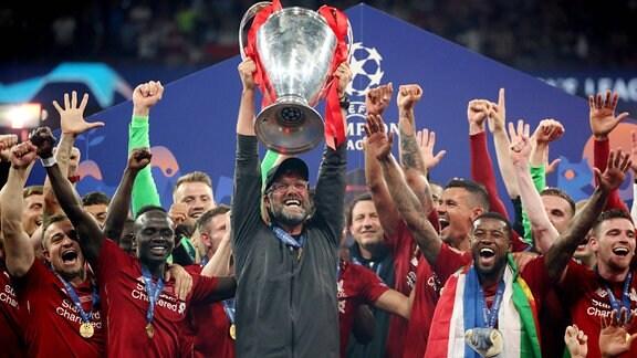 Jürgen Klopp Trainer FC Liverpool nach dem Gewinn der CL mit dem Pokal