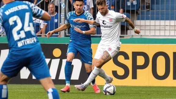 Guido Burgstaller St. Pauli, 9 r. behauptet sich gegen Raphael Obermair FCM, 28 und trifft zum 0:1.