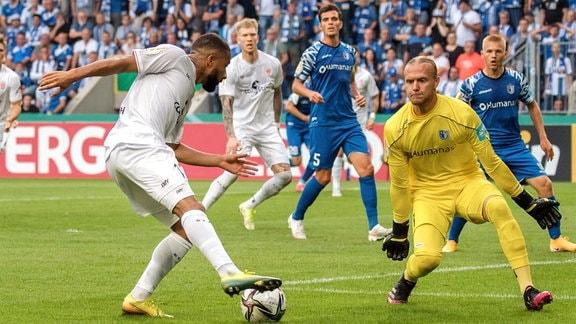 Daniel-Kofi Kyereh St. Pauli, 17 li. gegen Torwart Dominik Reimann FCM, 1.